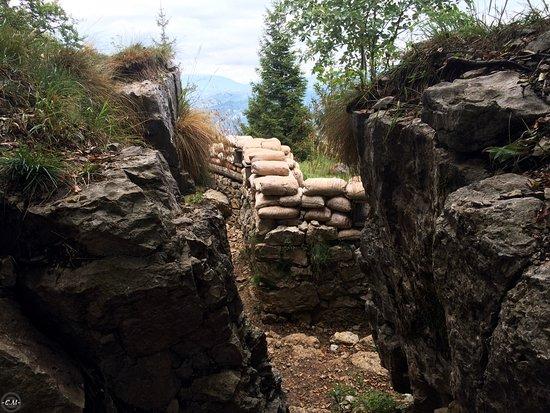 Tonezza del Cimone, Ιταλία: Trincea prima guerra mondiale in un sentiero