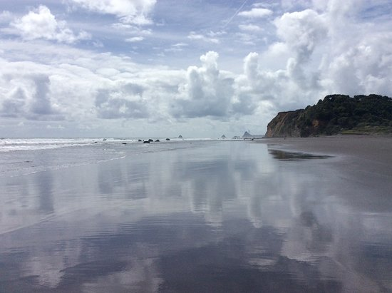 Oakura, Nowa Zelandia: View towards Port Taranaki and reflected clouds