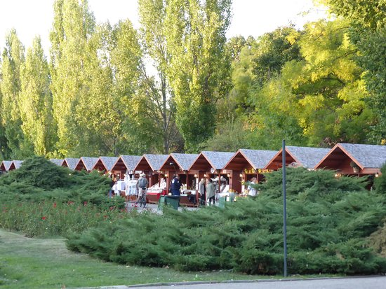 Herastrau Park: stalls selling food and hand-made products