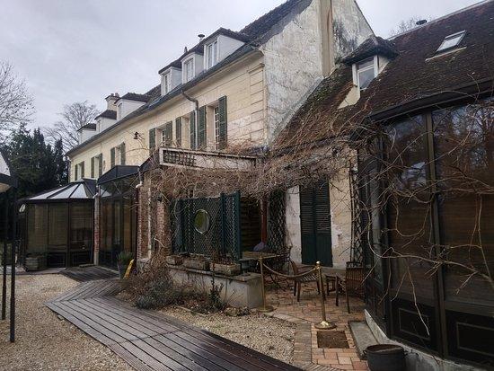 Varennes-Jarcy, France: vue interieure du domaine donnant dans le parc