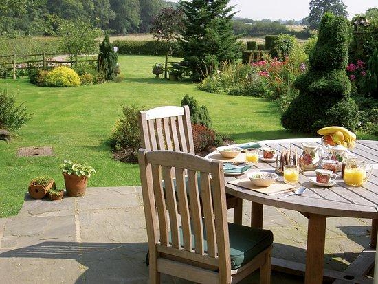 Cropston, UK: Breakfast outside