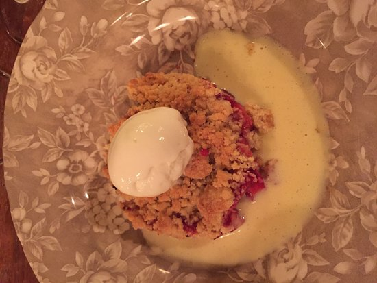 Ville D'Avray, فرنسا: Crumble fruits rouges servi au restaurant