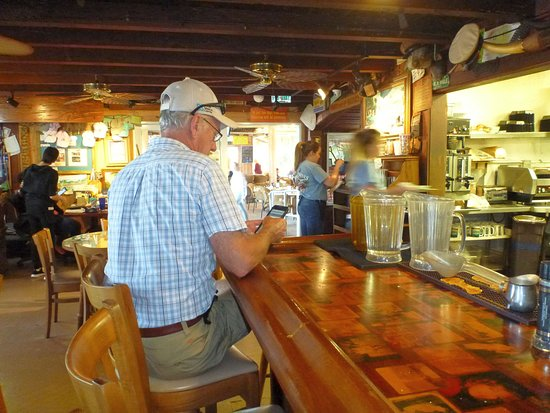 Hobe Sound, FL: Owner on the phone oblivious to what is going on. Oh but he has 30 yrs. of experience.
