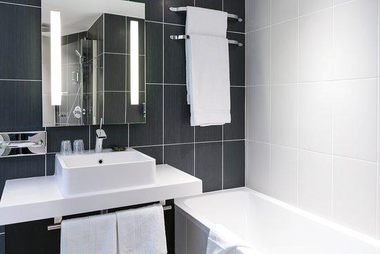 Salle de bains avec baignoire et douche l 39 italienne s par e picture of novotel suites paris - Salle de bain avec douche italienne et baignoire ...
