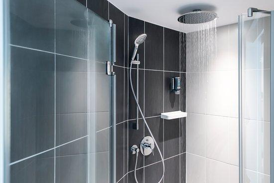 Salle de bains avec baignoire et douche l 39 italienne s par e picture of novotel suites paris - Baignoire douche avec porte d acces ...