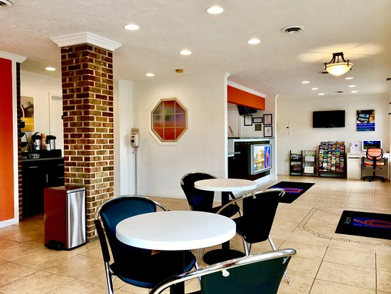Motel 6 Hillsville Vending & Seating Area