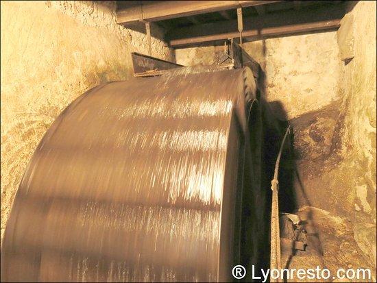 Rhone, Francja: La roue du moulin, toujours en activité