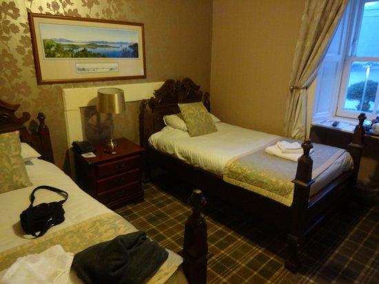 Cairndow Stagecoach Inn: Chambre twin beds du bâtiment principal vue loch