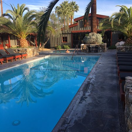 Sparrows Lodge: Breakfast, family dinner, and pool with barn in the center of the property. All amazing! They al