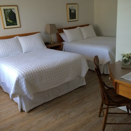 Banbridge Inn: Standard Room featuring the simple things: 2 Double Beds + Full Bathroom.