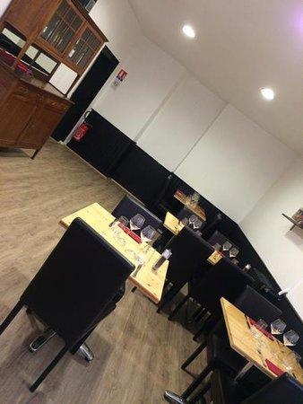 le petit salon photo de la table de willy eysines. Black Bedroom Furniture Sets. Home Design Ideas