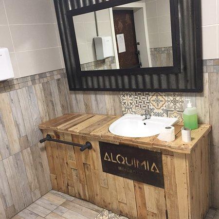 Alquimia BEER Company: Baños de mujeres y minusválidos