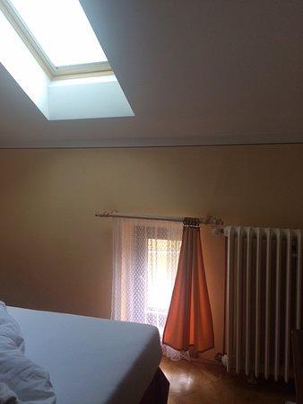 Vraz, República Checa: Pokoj ve 2.patře, okno na zemi, špatně dosažitelné střešní okno.