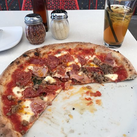Pomo Pizzeria Phoenix: Great pizza with an exquisite crust. Great fresh toppings. We flight attendants love good food a