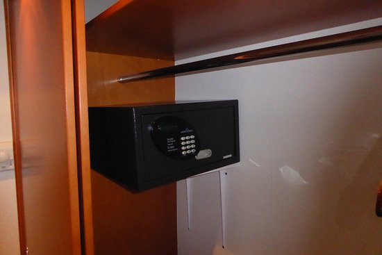 Safe im Kleiderschrank - Picture of Berlin Mark Hotel, Berlin ...