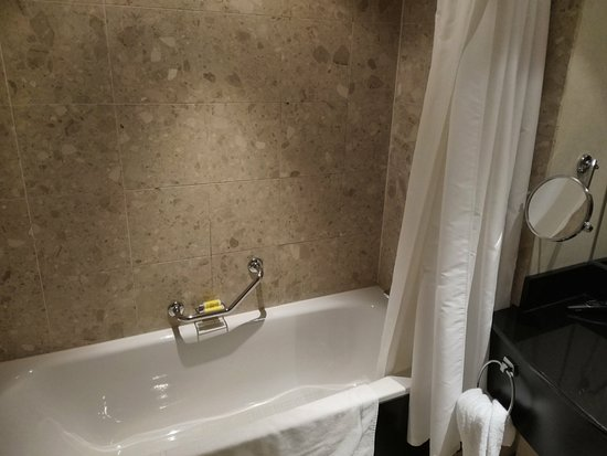 Rotterdam Marriott Hotel : Bathroom is nice and spacious