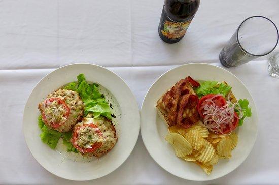 Holualoa, Hawái: Tuna Melt on the Left and Grilled Opah and Bacon on the right