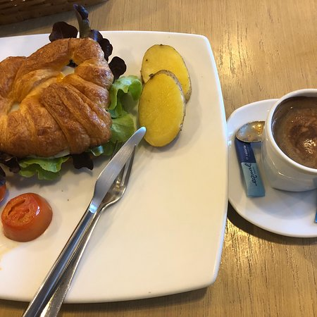 Bangsaen, Thailand: 今朝の朝食はセットCです。クロワッサン、ハム、卵。(120B)