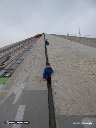 Enver Hoxha Pyramid: Tobogán gigante para niños