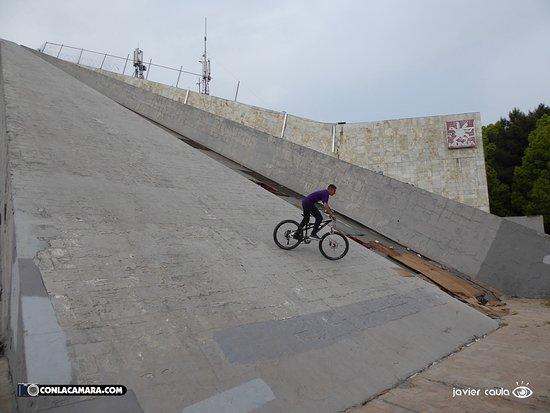Enver Hoxha Pyramid: ruinas 2