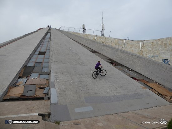 Enver Hoxha Pyramid: pista para bici cross