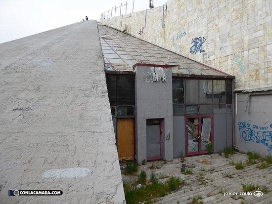 Enver Hoxha Pyramid: La antigua entrada.