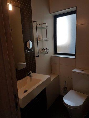 Argento Hotel: La vasca da bagno con ottimo box doccia
