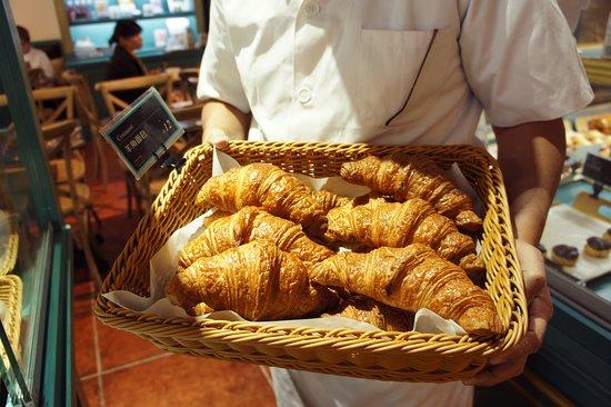 Mon Epoque: Fresh croissant just baked