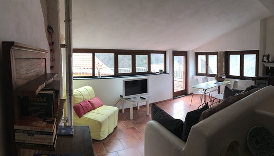 Borghetto d'Arroscia, Italia: Living in the two bedroom apartment