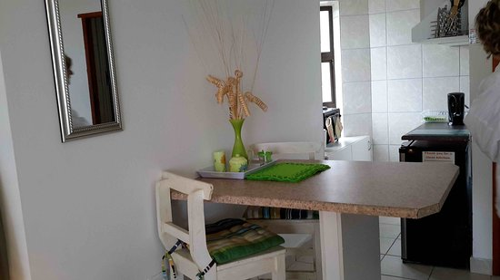 Dana Bay, Sudáfrica: kitchen and diningg area in selfcatering flat