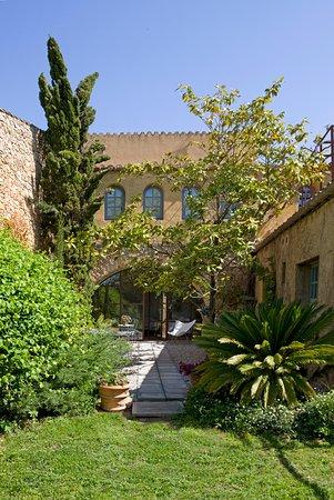 Viladamat, Spain: Fachada al patio y jardín