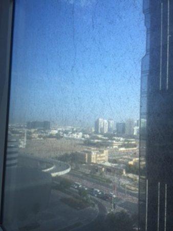Premier Inn Abu Dhabi Capital Centre Hotel: Grime encrusted window