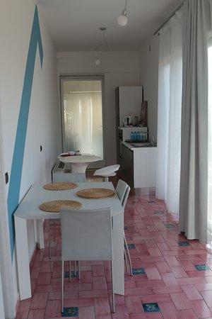 Банчетте, Италия: Angolo cottura e soggiorno della camera quadrupla