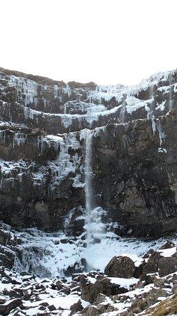 Streymoy, Faroe Islands: imponerende vandfald halvt tilfrosset