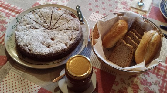 Peccioli, Italien: Home-made bread and Lizzy's yoghurt and apple cake