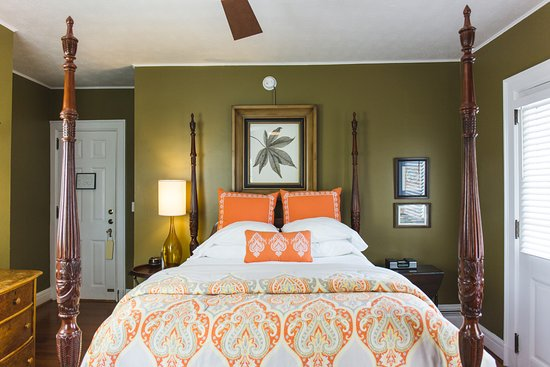Applewood Manor Inn Bed & Breakfast : The Macintosh Suite is cozy and romantic with a fireplace and private balcony