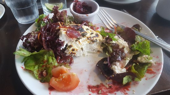 Linnane's Lobster Bar: Beet and goat cheese salad