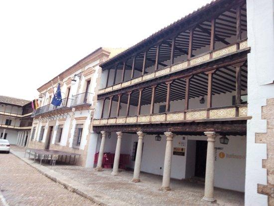 Tembleque, España: Lateral Ayuntamiento