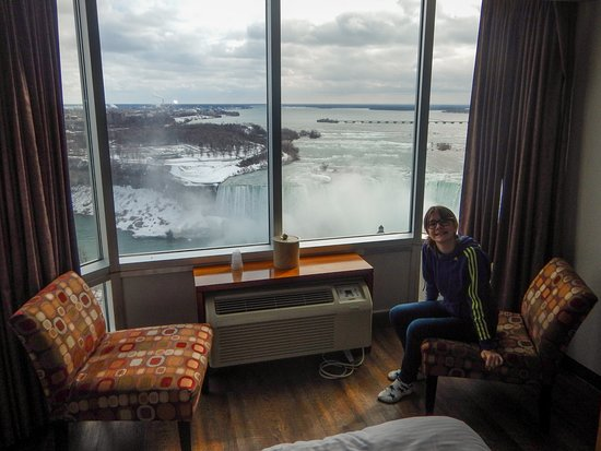 Oakes Hotel Overlooking The Falls: Two Armchairs And A Shef In Front Of The  Window