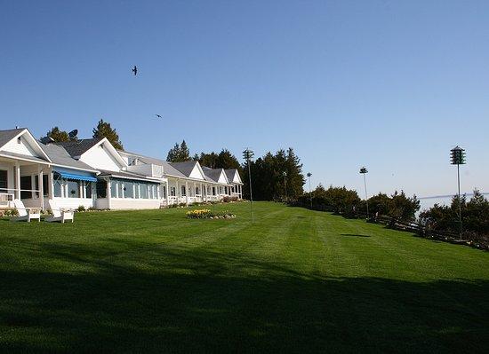 Shore Acres Inn & Restaurant : Our front lawn