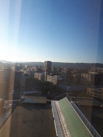 Holiday Inn Express Pretoria-Sunnypark: Vue sur les toits de Prétoria depuis la chambre.