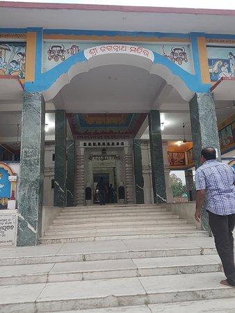 Majhighariani Temple: temple entrance