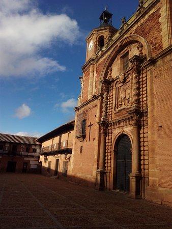 San Carlos del Valle, España: Fachada lateral Iglesia en la Plaza Mayor