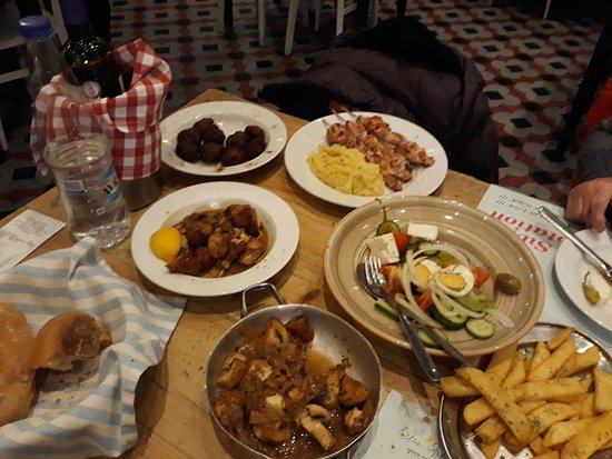 Thessaloniki Region, Grecia: A nice variety of dishes just to get to try as many different dishes.