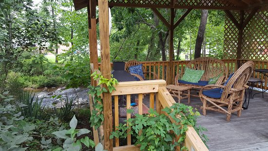 Goshen, Вирджиния: Deck on Mill Creek