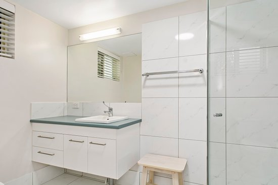 Noosa River Palms Resort: 1 bedroom garden apartment bathroom