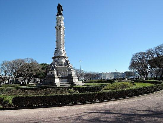 Praca Afonso de Albuquerque: 庭園と中央に立つアフォンソ デ アルプケルケ像