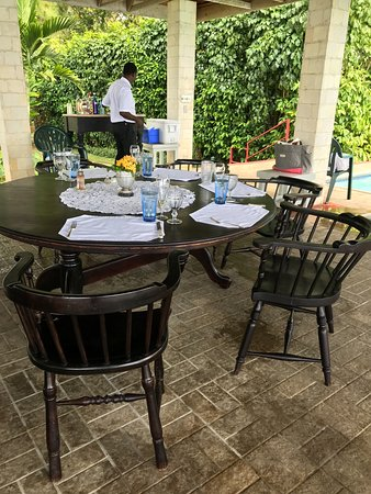 Bluefields, Jamaica: Lunch being set up under the pool pavilion at San Michele