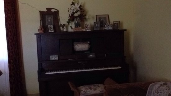 Oakabella Homestead, Tea Rooms and Campground: Piano