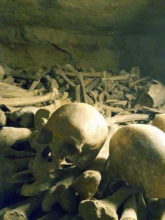 Les Catacombes : ossadas nas Catacumbas
